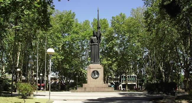 Las plazas con sus soberbias arboladas, y monumentos alusivos a sus próceres, son una constante en la población de Canelones, de excepcional importancia en la fundación de la prestigiosa gran nación americana.