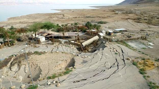 Algunos de los socavones han llegado a destrozar importantes carreteras en los países que lindan con el Mar Muerto.