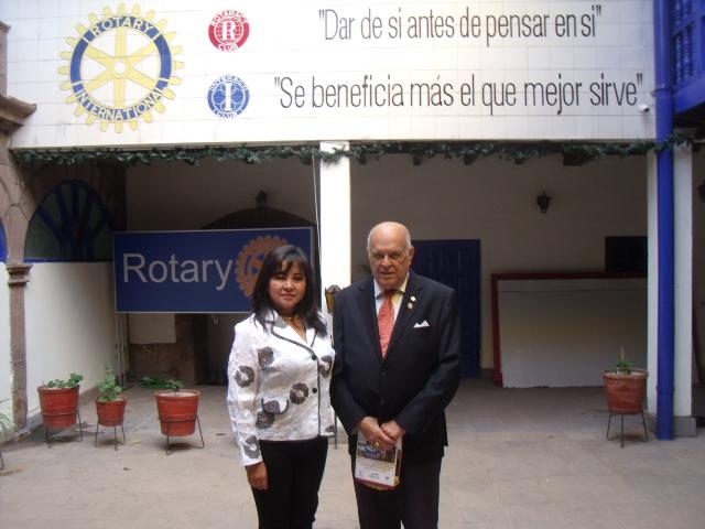 En el Rotary Club de Cusco, bajo los principios rotarios impresos hasta en sus paredes, junto a la presidenta de la Asociación de Regidoras Cusco, CPC, Norma Maritza Rodríguez