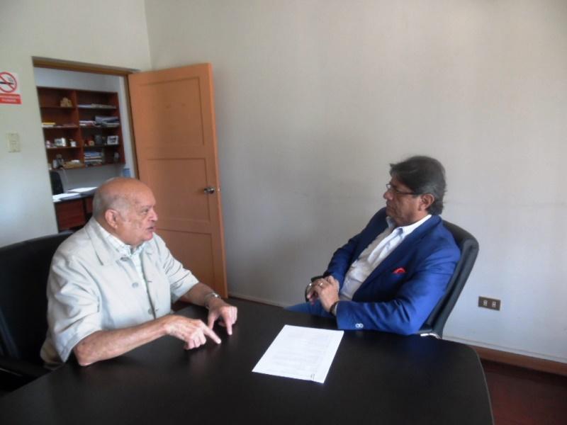 El autor de este reportaje exponiendo detalladamente su proyecto Fin de Año-Año Nuevo en Perú,  al presidente de la Cámara Nacional de Turismo (CANATUR) Carlos Canales Anchorena, durante una de sus últimas visitas a Lima.