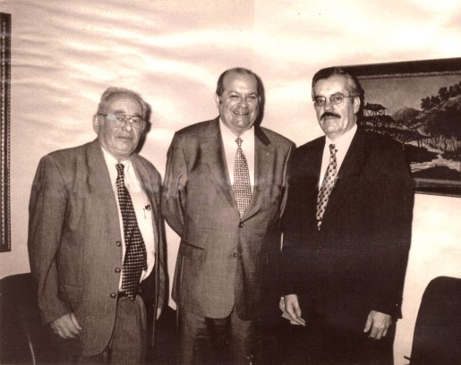 Histórica fotografía, junto al recordado Gerardo Budowsky (d) y al presidente del Instituto Costarricense de Turismo, Eduardo León-Páez (i) en la sede de ese organismo en la ciudad de San José. Costa Rica. Año 2000.