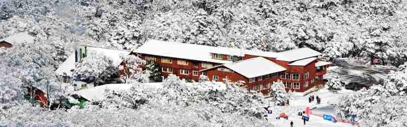 El Hotel Antillanca, en la inmensidad de la Cordillera de Los Andes, en esta muestra de su versión nevada en Antillanca, sur de Chile, una estación invernal, muestra del turismo de montaña bien gestionado. Una de nuestras más agradables sorpresas en nuestras visitas a la nación austral, ante esta estación de ski mas famosa de Suramérica.