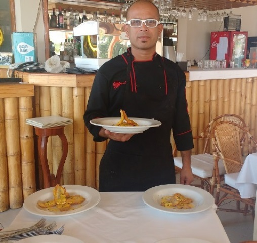 El-chef-Jose-Luis-Lira-con-uno-de-los-platos-tipicos-del-restaurante-Wayra-de-Paracas.
