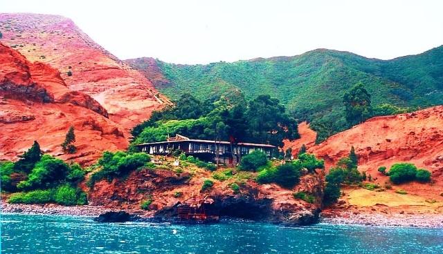 Espléndida vista de la isla Robinsón Crusoe, dentro del Parque Nacional Natural de Chile, con estos parajes de incomparable belleza, donde se puede disfrutar de la más cálida acogida profesional, y un excelente servicio, en el Hotel Hostería el Pangal, tal como lo disfrutaríamos en aquel 1974 cuando se conmemoraba el 400 aniversario del descubrimiento del archipiélago. A/ Tejera Reyes.