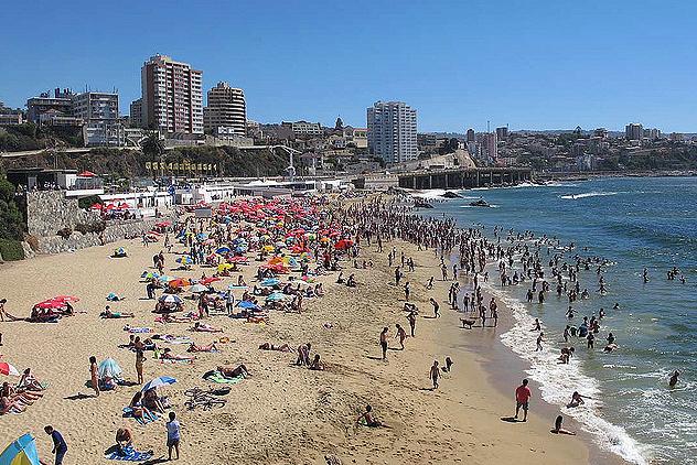 """Las playas de Viña del Mar, una invitación internacional para el turismo de """"sol y playa"""", cuentan hoy con excelentes servicios y todo el entorno de una ciudad que vive para el turismo."""